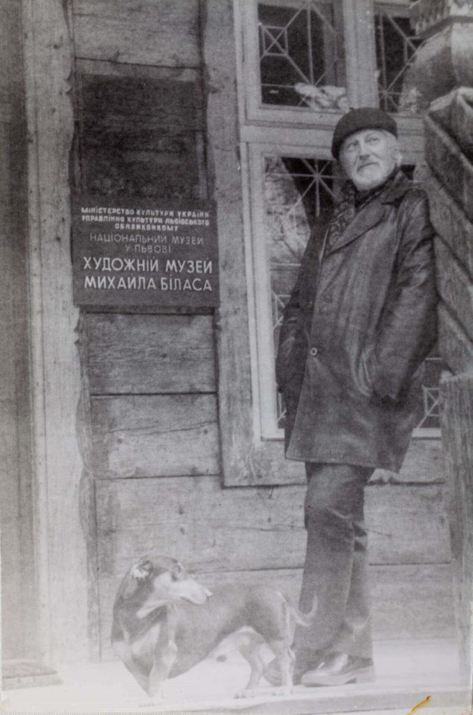Михайло Білас з своєю таксою перед Художнім музеєм Михайла Біласа